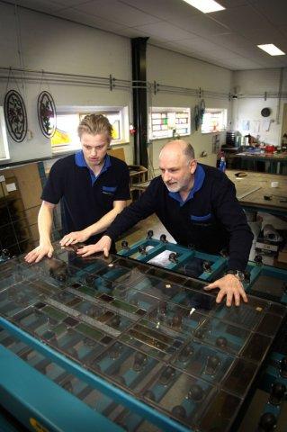 Het proces van Glas-in-lood door middel van handwerk